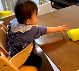 手を伸ばす赤ちゃん